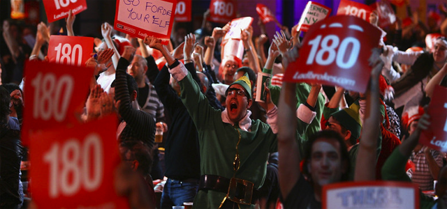 darts-crowd
