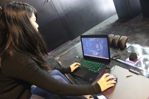 Cherry Wibisono demonstrates the Razer Mamba
